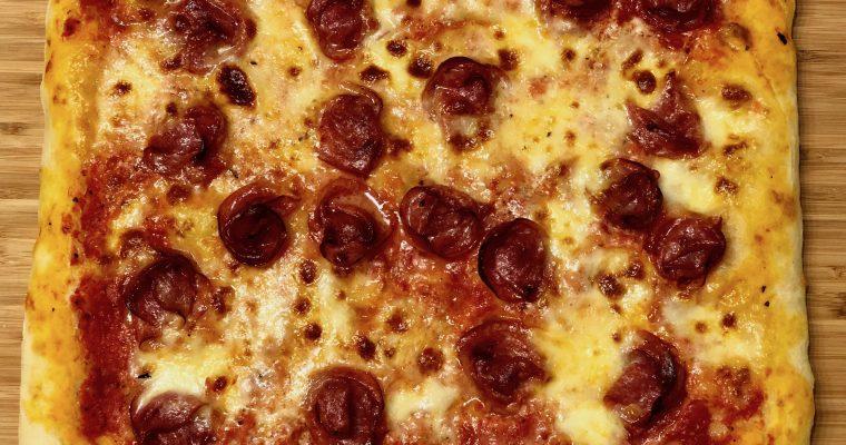 Salami-mozzarella-peltipizza Hungry Chef-pizzajauhoista