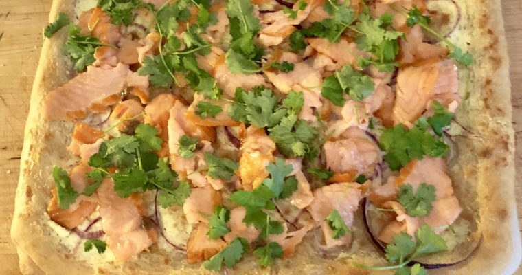 Valkoinen kylmäsavulohi-peltipizza punasipulilla ja korianterilla